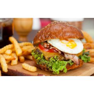 Chutný burger s hranolkami a cibuľovými krúžkami s možnosťou dovozu alebo take away