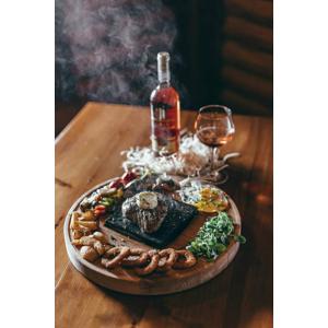 Lahodný hovädzí steak, burger alebo losos v reštaurácii Svišť v Novom Smokovci