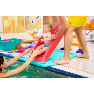 Mesačný kurz plávania pre začiatočníkov s bábätkom vo veku 6 - 12 a 12 - 18 mesiacov