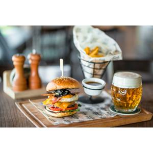 Pivárenský burger s hranolkami a veľkým pivom s možnosťou take away v Staničnom Pivovare