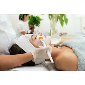 Uvoľňujúca masáž tváre, hĺbkové ošetrenie alebo čistenie aknóznej pleti